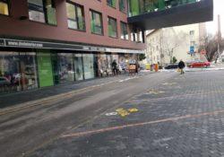 Viktória parkovanie pred budovou (1)